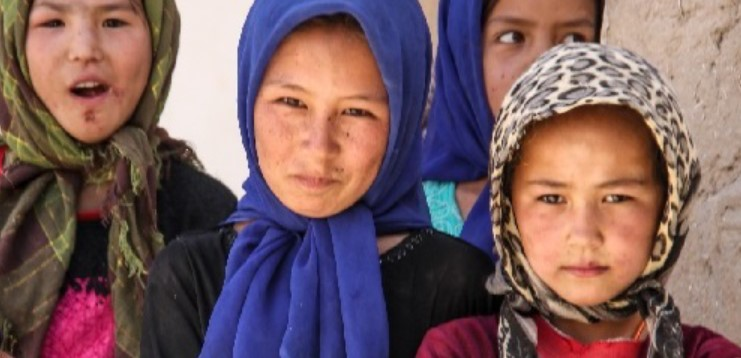 Image of 3 young Afghan girls